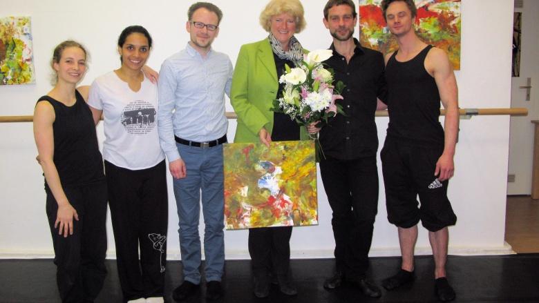 Monika Grütters mit Lars Scheibner (2.v.r.) und den TänzerInnen und KünstlerInnen, die derzeit im Atelier Scheibner arbeiten. Foto: privat