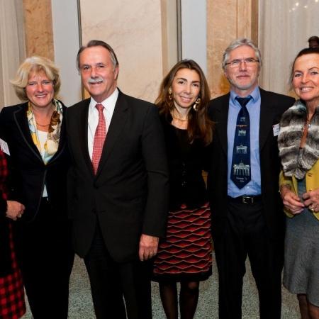 Monika Grütters mit Klaus-Dieter Lehmann, Präsident des Goethe-Instituts, (3.v.l.) sowie Mitarbeitern des Goethe-Instituts und der Bundeszentrale für politische Bildung