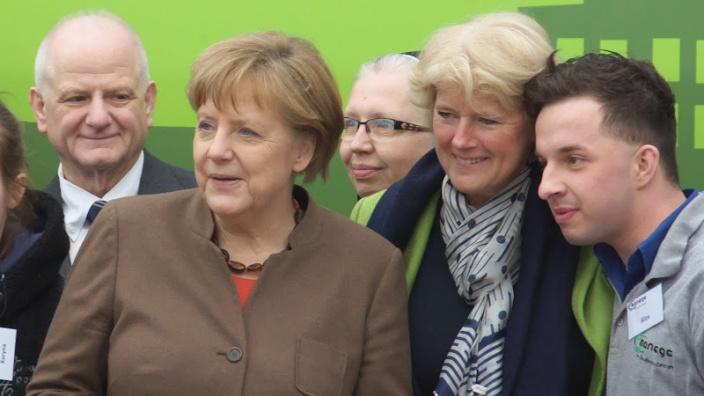 Monika Grütters mit Bundeskanzlerin Angela Merkel bei der Ankunft im Don-Bosco-Zentrum. Foto: Janko Jochimsen