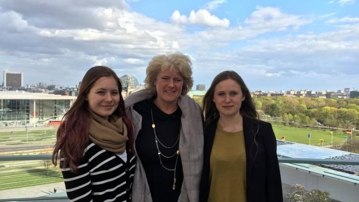 Monika Grütters mit Antonia Schulz (r.) und Pauline Weder (l.). Foto: Bundestagsbüro Prof. Monika Grütters MdB