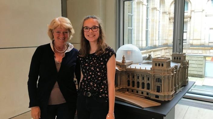 Monika Grütters und ihre Girls'Day-Teilnehmerin Charlotte. Foto:Diana Tuppack