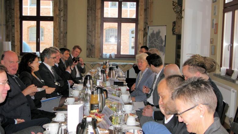 In gelöster Atmosphäre diskutierte Monika Grütters mit den UnternehmerInnen in der Alten Börse Marzahn. Foto: Wahlkreisbüro Prof. Monika Grütters MdB