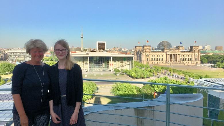 Monika Grütters mit ihrer Praktikantin. Foto: Diana Tuppack
