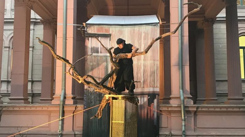 Ikebana-Performance von Yuiji Ueno. Foto: Karin Scheel