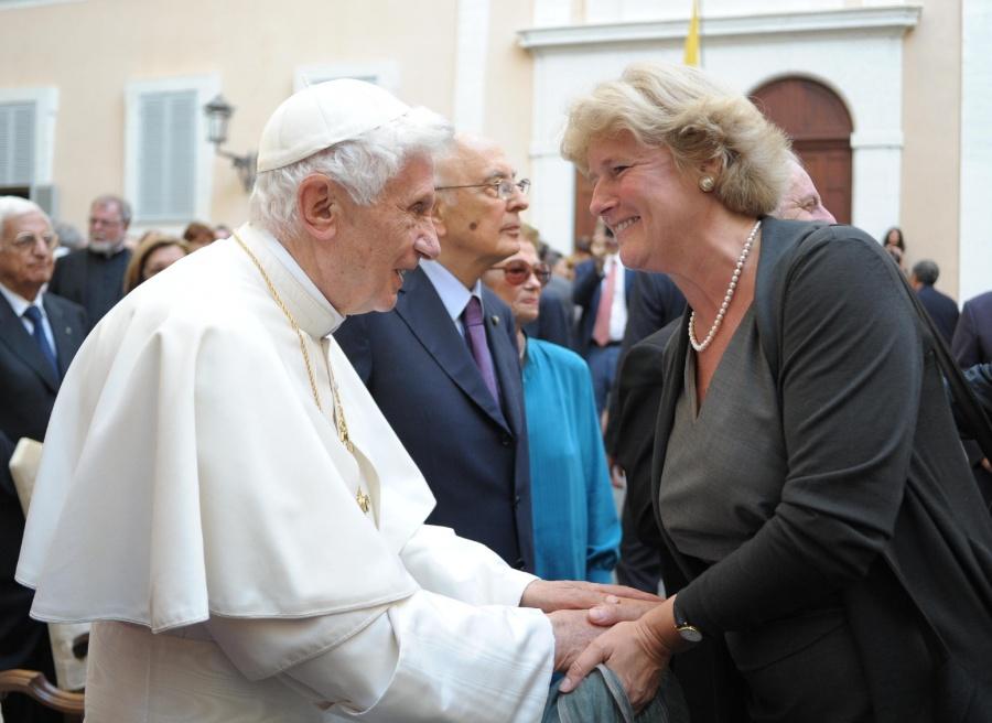 Monika Grütters mit Papst Benedikt XVI in Castel Gandolfo. Foto: Osservatore Romano   Daniel-Barenboim-Stiftung
