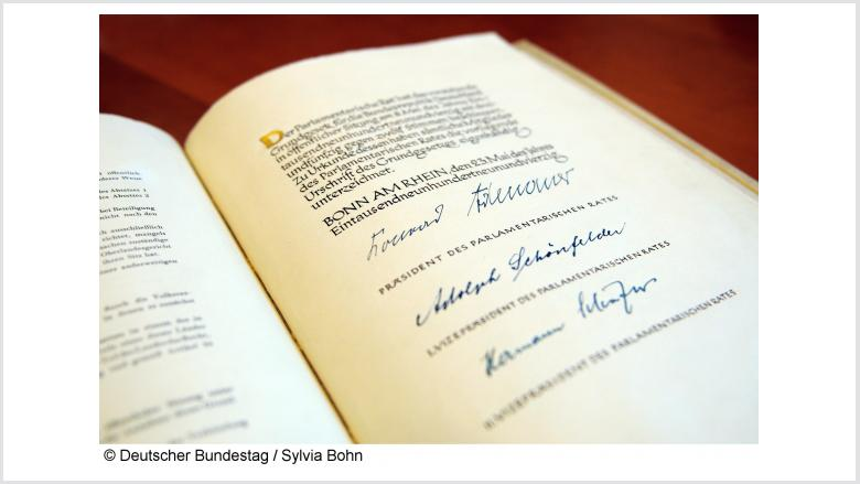 Blick auf das Original Grundgesetz der Bundesrepublik Deutschland. Foto: Deutscher Bundestag | Sylvia Bohn