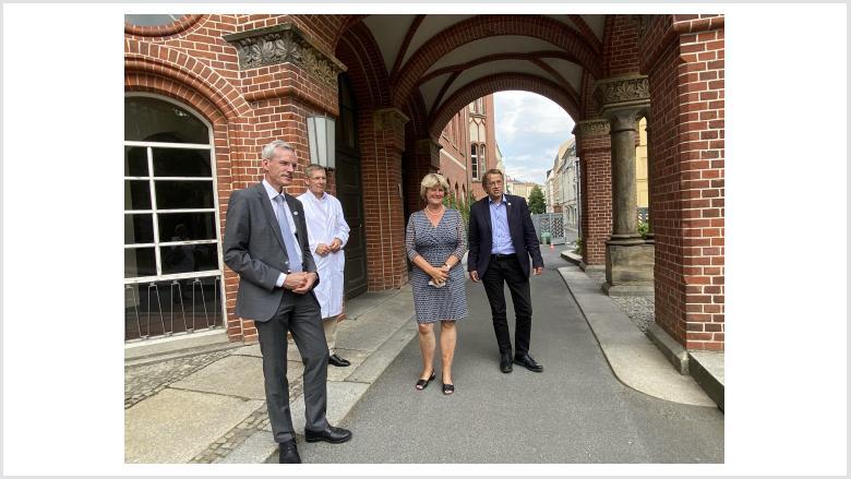 Monika Grütters mit Prof. Martin E. Kreis, Prof. Kai-Uwe Eckardt und Prof. Heyo K. Kroemer auf dem Campus Mitte der Charité | Foto: Barbara Zumkle