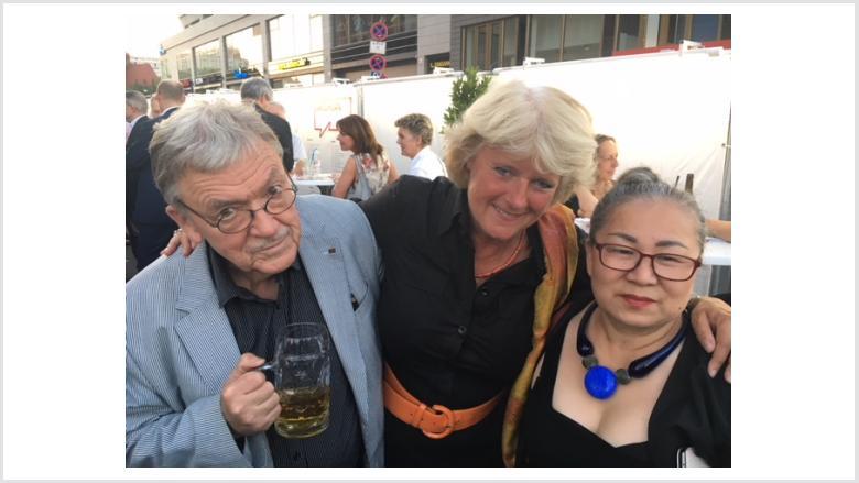 Monika Grütters mit den Künstlern Sooki und Matthias Koeppel. Foto: Meiko Keller