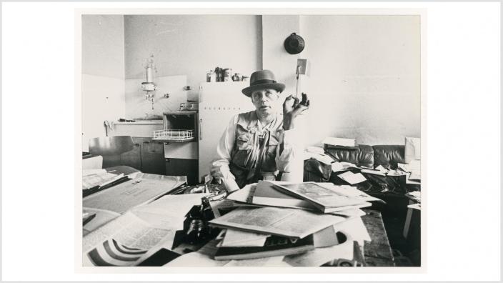 Joseph Beuys in seiner Wohnung in Düsseldorf, 1981 © Staatliche Museen zu Berlin, Kunstbibliothek, Sammlung Marzona / Winfried Göllner